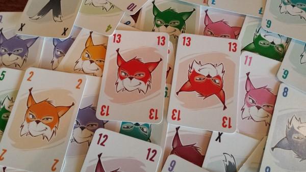 Was für ein fieser Luchs! Abluxxen ist ein Kartenspiel, bei dem es darum geht, möglichst geschickt Karten zu klauen.